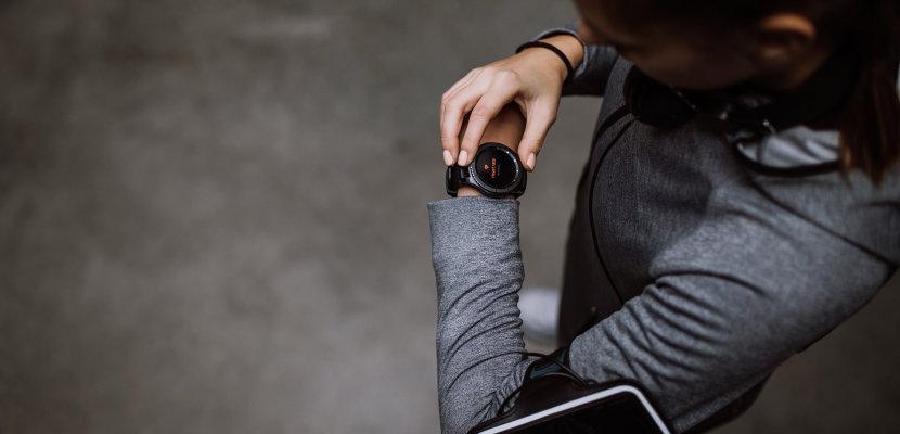 应用 - 健康监测和健身追踪 - 跑步者使用智能手表