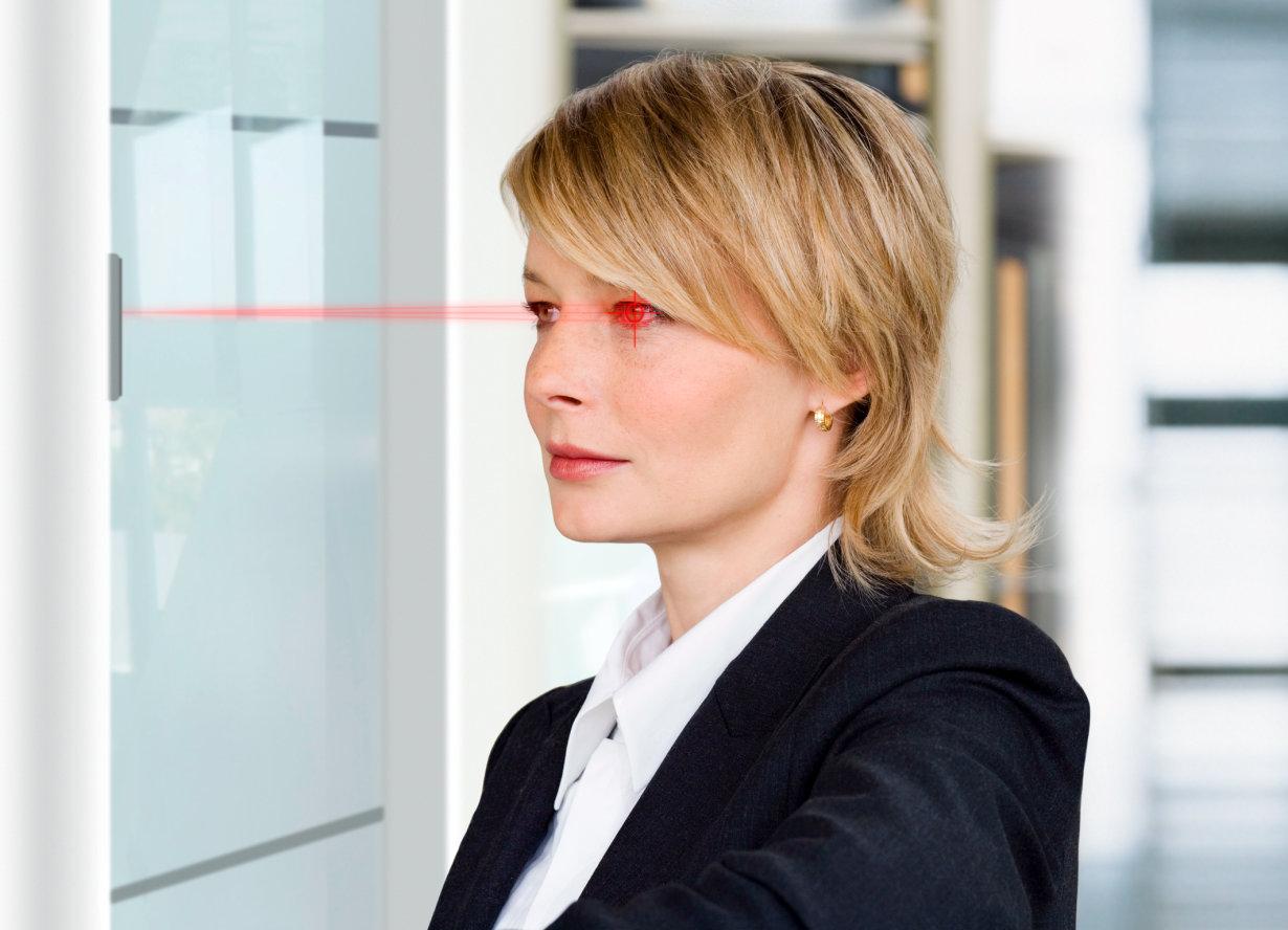 快速且可靠的保护:欧司朗光电半导体的新款 SFH 4787S 红外 LED 实现了极为均匀的照明,从而使虹膜扫描仪可以轻松检测眼内独一无二的虹膜。