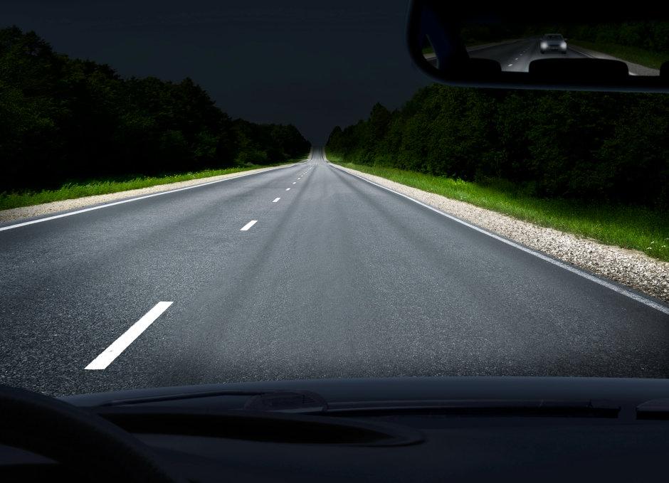 作为照射距离可达 600 米的辅助远光灯光源时,PLPT9 450D_E A01 激光器可以比常规远光灯照亮更远距离,提升行车安全性。